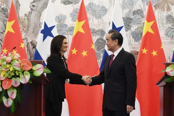 Isabel de Saint Malo (à gauche) la vice-présidente et ministre des Affaires étrangères du Panama avec son homologue de la République Populaire de Chine Wang Yi (à droite) pendant une conférence de presse commune le 13 juin 2017 au cours de laquelle ils ont annoncé l'établissement de relations diplomatiques entre les deux pays.