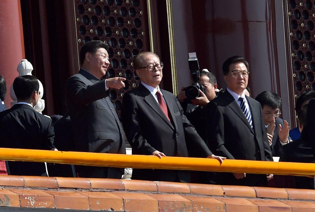 Le président chinois Xi Jinping, en discussion avec les anciens présidents Jiang Zemin et Hu Jintao.