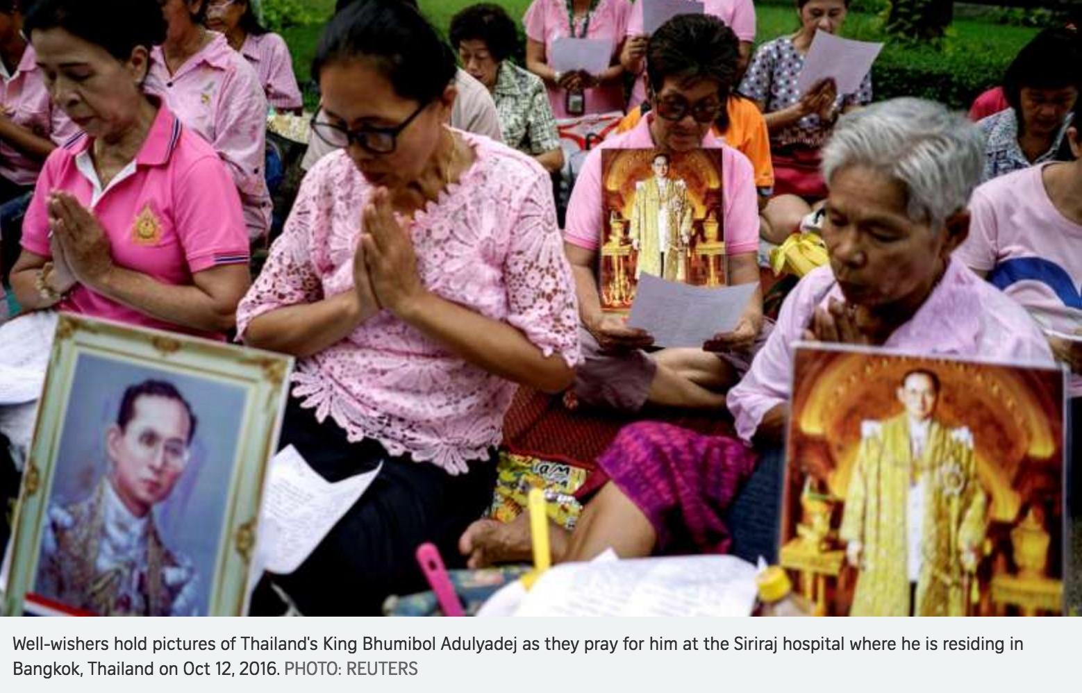Avant l'annonce officielle de son décès par le palais royal thaïlandais, environ 500 personnes sont venues prier devant l'hôpital où était soigné le roi Bhumibol. Copie d'écran du Straits Times, le 13 octobre 2016.