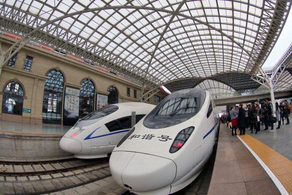 Le CRH (China Railway High-speed), le TGV chinois, en gare de Qingdao, province du Shandong sur la côte nord-est de la Chine, le 16 novembre 2016. (Crédits : Tang ke / Imaginechina / via AFP)