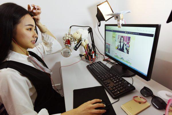 Une hôtesse chinoise en webcast réalise un streaming dans une compagnie de Hangzhou, sur la côte est de la Chine, le 24 octobre 2016. (Crédits : Shan he / Imaginechina / via AFP)