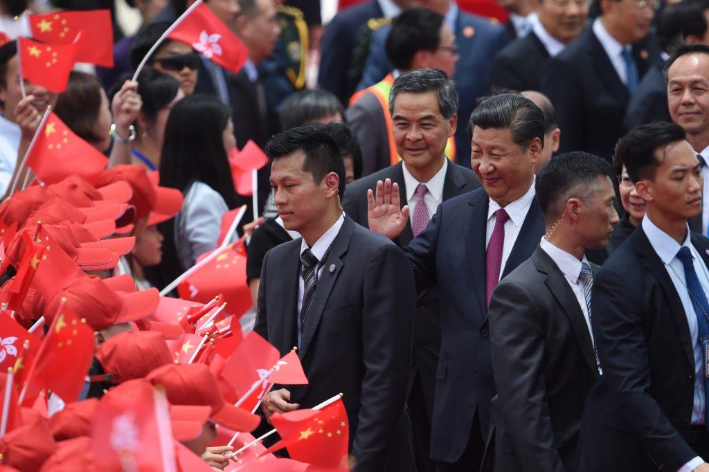 Le président chinois Xi Jinping à son arrivée à l'aéroport international de Hong Kong le 29 juin 2017, accueilli par le chef de l'exécutif hongkongais sortant Leung Chun-ying. (Crédits : AFP PHOTO / Anthony WALLACE)
