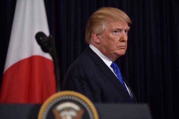 Le président américain Donald Trump lors d'une conférence de presse avec le Premier ministre japonais Shinzo Abe, dans la résidence privée du milliardaire à Mar-a-Lago en Floride, le 11 février 2017. (Crédits : AFP PHOTO / Nicholas Kamm)