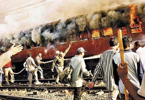 L'incendie du Subarmati Express à Godhra le 27 février 2002.
