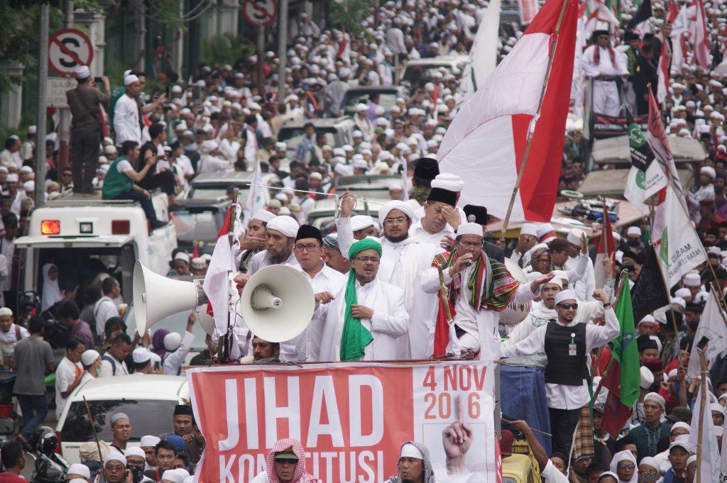 Manifestation du Front de Défense islamique pour l'arrestation d'Ahok, l'ancien gouverneur de Jakarta, le 4 novembre 2016 dans la capitale indonésienne. (Crédits : Anton Raharjo/NurPhoto/via AFP)