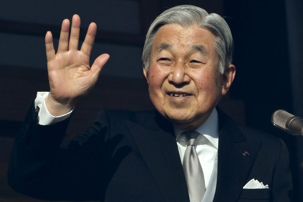 Akihito, l'empereur du Japon, saluant lors de son discours pour la nouvelle année du haut du balcon du Palais impérial à Tokyo, le 2 janvier 2017. (Crédits : AFP PHOTO / Toshifumi KITAMURA)
