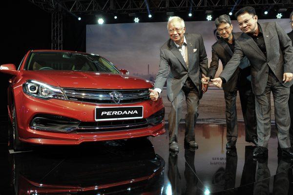 Le Premier ministre malaisien Najib Razak (à gauche) à côté de la 4ème génération de voiture sedan Perdana à l'occasion des derniers modèles du constructeur automobile malaisien à Putrajaya le 14 juin 2016. (Crédits : AFP PHOTO / MOHD RASFAN)