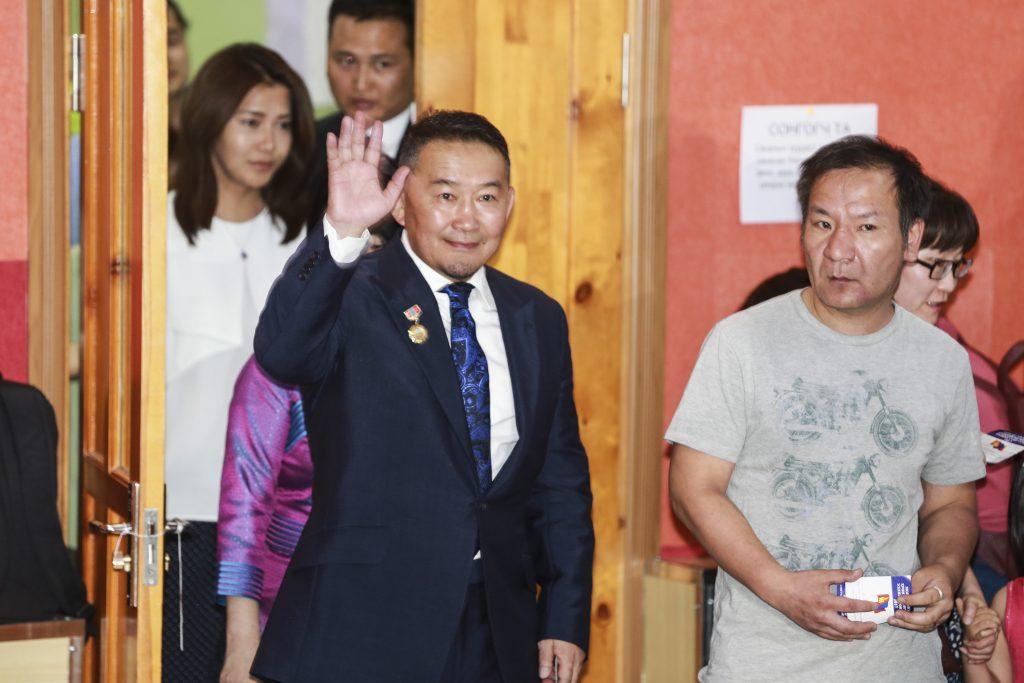 Candidat de l'opposition à l'élection présidentielle en Mongolie, Khaltmaa Battulga, leader du Parti démocrate, est arrivé en tête au premier tour, mais sans recueillir la majorité absolue avec seulement quelque 38% des voix. D'où la tenu d'un second tour le 9 juillet prochain, une première dans l'histoire politique de la Mongolie. (Crédits : AFP PHOTO / BYAMBAA BYAMBA-OCHIR)