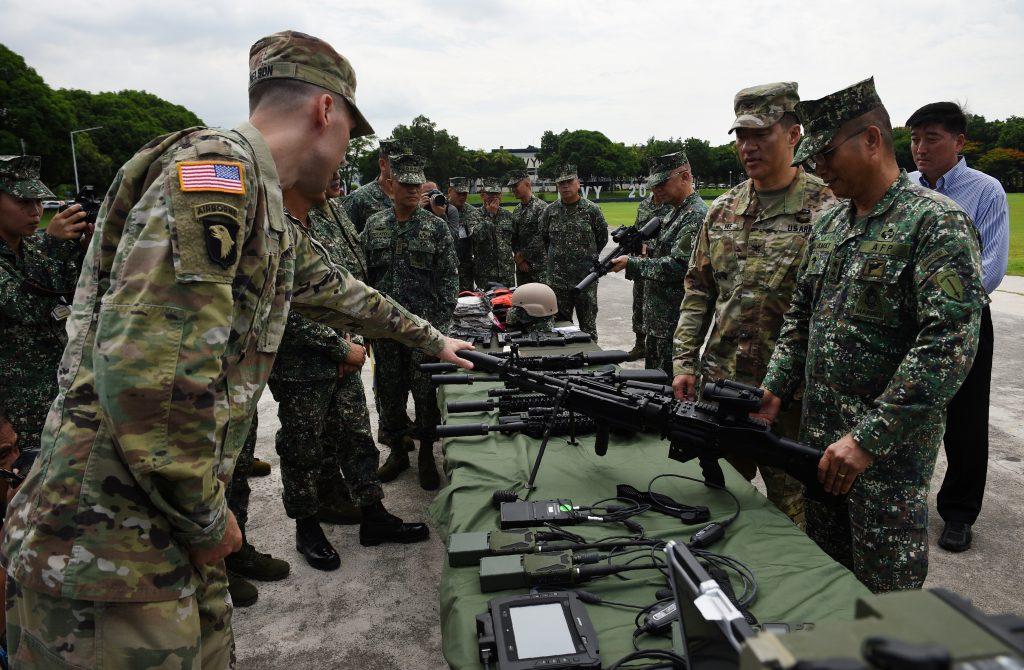 Le commandant major general philippin Emmanuel Salamat écoute des militaires américains durant une cérémonie de remise d'armes de la part de l'armée américaine à Manille le 5 juin 2017. (Crédits : AFP PHOTO / TED ALJIBE)