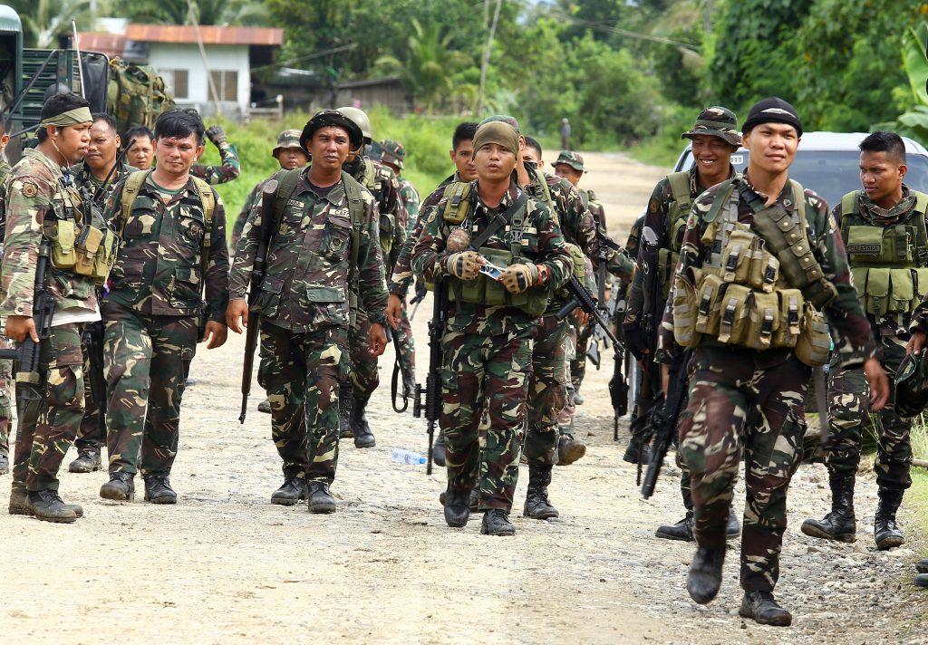 Une patrouille des Forces armées philippines sur une route vers le village de Pigkawayan, situé à 160 kilomètres de Marawi, au sud de l'île de Mindanao, le 21 juin 2017. (Crédits : AFP PHOTO / STRINGER)