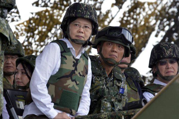 La présidente taïwanaise Tsai Ing-wen lors d'un exercice militaire près de Magong, non loin des îles Penghule 25 mai 2017. (Crédits : AFP PHOTO / SAM YEH)