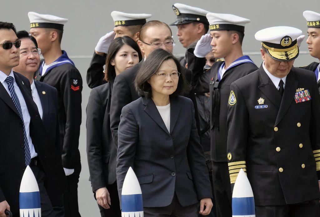 La présidente taïwanaise Tsai Ing-wen lors de son arrivée à la base navale de Tsoying à Kaohsiung, dans le sud de Taïwan, le 21 mars 2017. (Crédits : AFP PHOTO / SAM YEH)