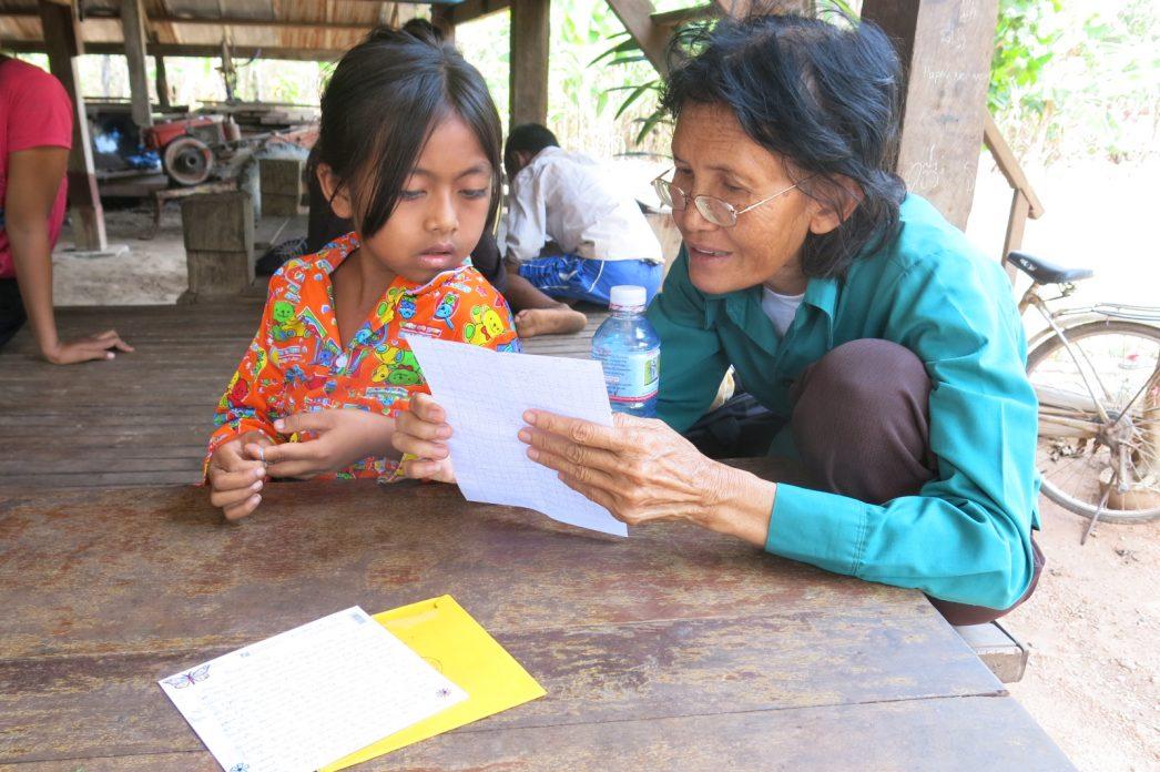 Sopha faisant la lecture à une jeune fille.