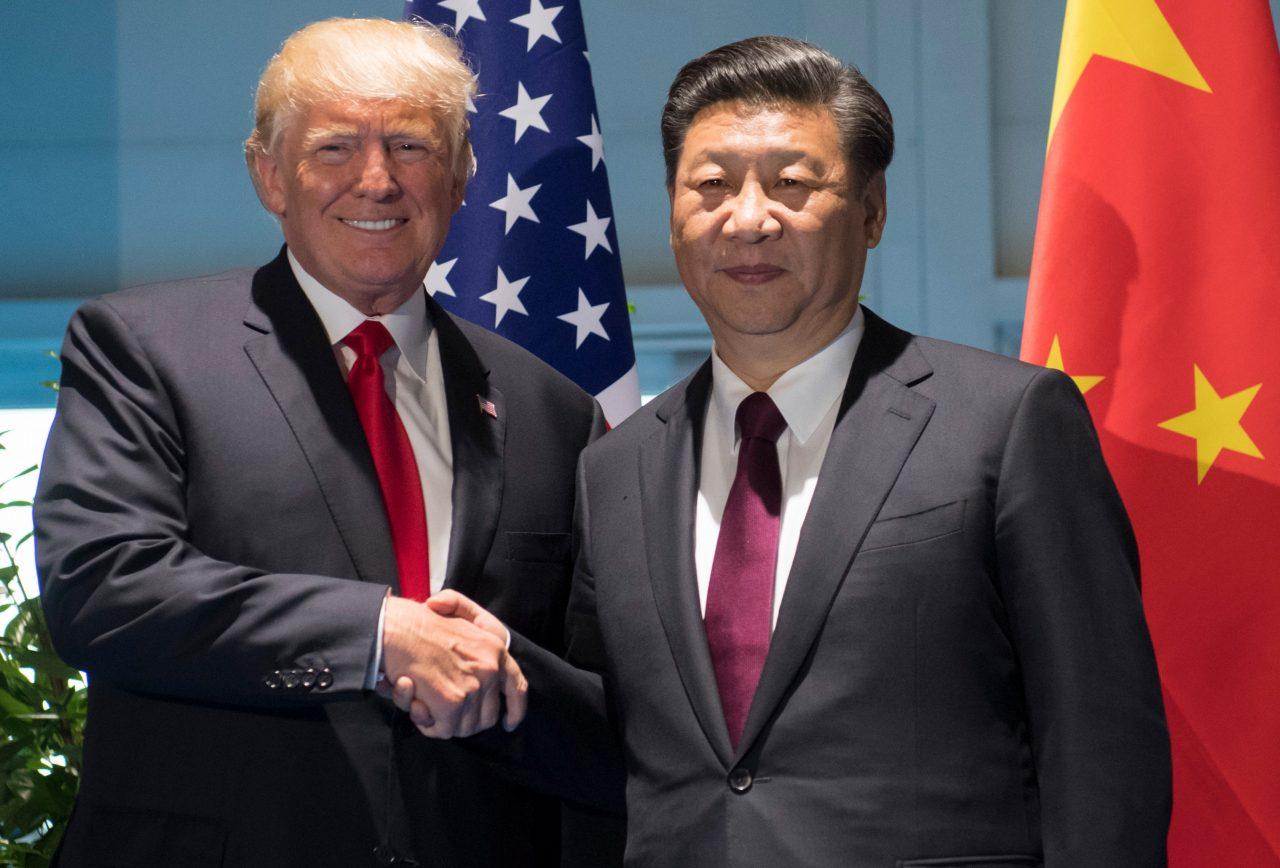 Donald Trump et Xi Jinping à Hambourg, en marge du G20, le 8 juillet 2017. (Crédit : SAUL LOEB / POOL / AFP)
