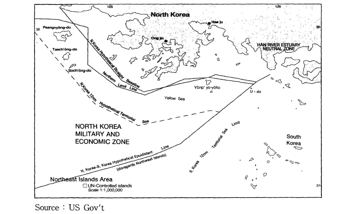 """Carte représentant le tracé de la Northern Limit Line et des tracés des """"hypothétiques"""" frontières maritimes intercoréennes, en vertu du droit de la mer. (Source : gouvernement américain, via Wikimedia Commons)"""