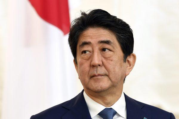 Le Premier ministre japonais Shinzo Abe lors de sa conférence de presse à Helsinki le 10 juillet 2017.