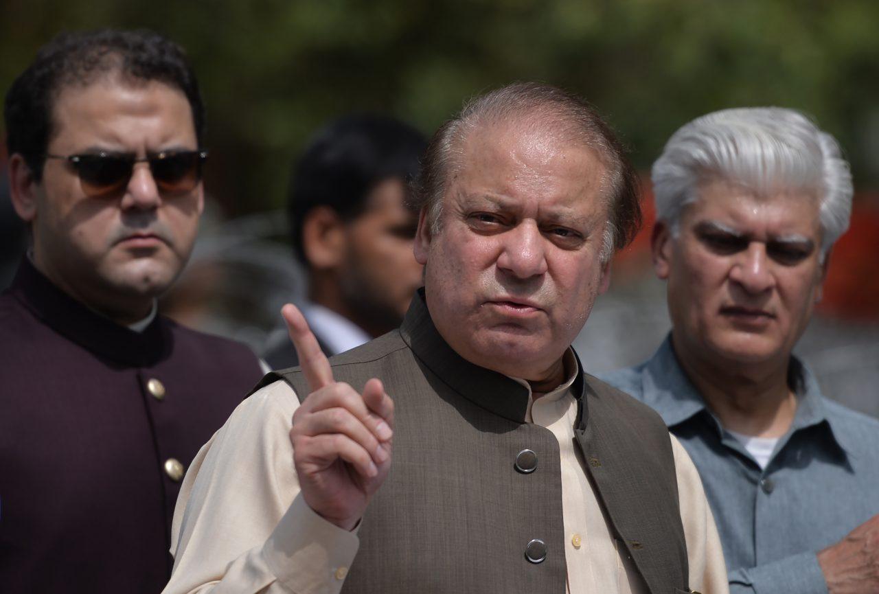 Le Premier ministre pakistanais Nawaz Sharif s'adresse aux médias après sa parution devant une commission anticorruption à l'Académie fédérale judiciaire d'Islamabad, le 15 juin 2017. (Crédit : AFP PHOTO / AAMIR QURESHI)