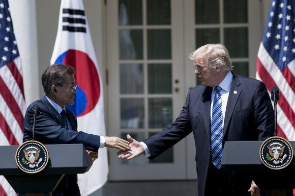 Le président sud-coréen Moon Jae-in et son homologue américain Donald Trump lors de leur conférence de presse commune le 30 juin 2017. (Crédit : AFP PHOTO / Brendan Smialowski)