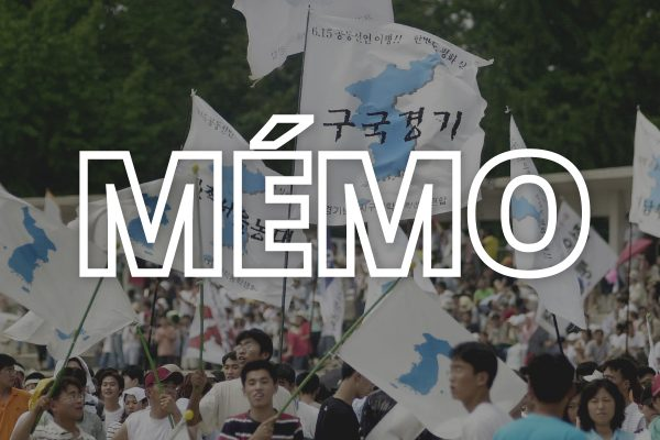 Des étudiants sud-coréens brandissent le drapeau de l'unification coréenne à l'occasion du festival célébrant la Libération de la Corée, auquel a participé un groupe de 116 Nord-coréens envoyés par Pyongyang, le 15 août 2002. (Crédit : CHOI JAE-KU / AFP)
