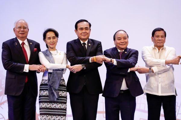 De gauche à droite, le Premier ministre malaisien Najib Razak, la Conseillère d'État birmane Aung San Suu Kyi, le Premier ministre thaïlandais Prayut Chan-ocha, le Premier ministre vietnamien Xuan Phuc et le président philippin Rodrigo Duterte lors du sommet de l'ASEAN à Manille le 29 avril 2017. (Copyright : MARK R. CRISTINO / POOL / AFP)