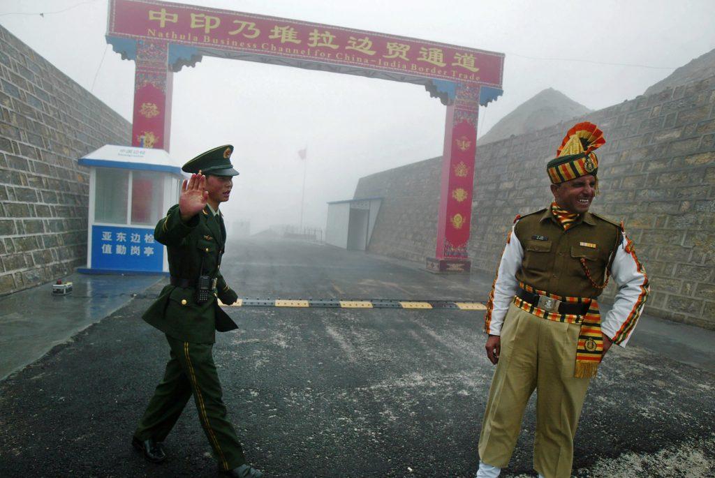 Cette photo prise le 10 juillet 2008 montre un soldat chinois avec un soldat indien à la frontière de Nathu La, près de l'État indien du Sikkim. (Crédits : AFP PHOTO / DIPTENDU DUTTA)