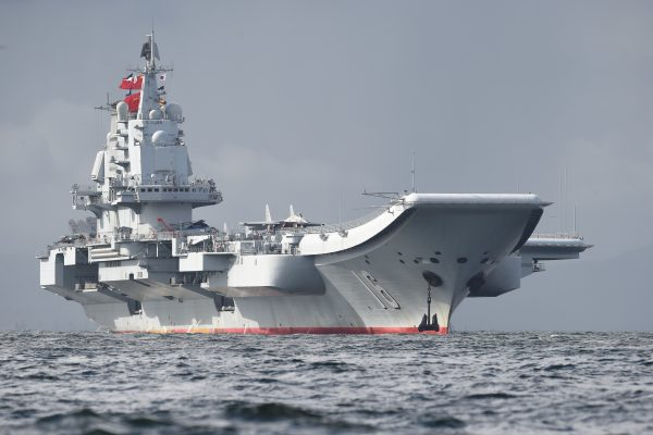 Le porte-avions chinois Liaoning au large de Hong Kong le 7 juillet 2017. (Crédits : AFP PHOTO / Anthony WALLACE)