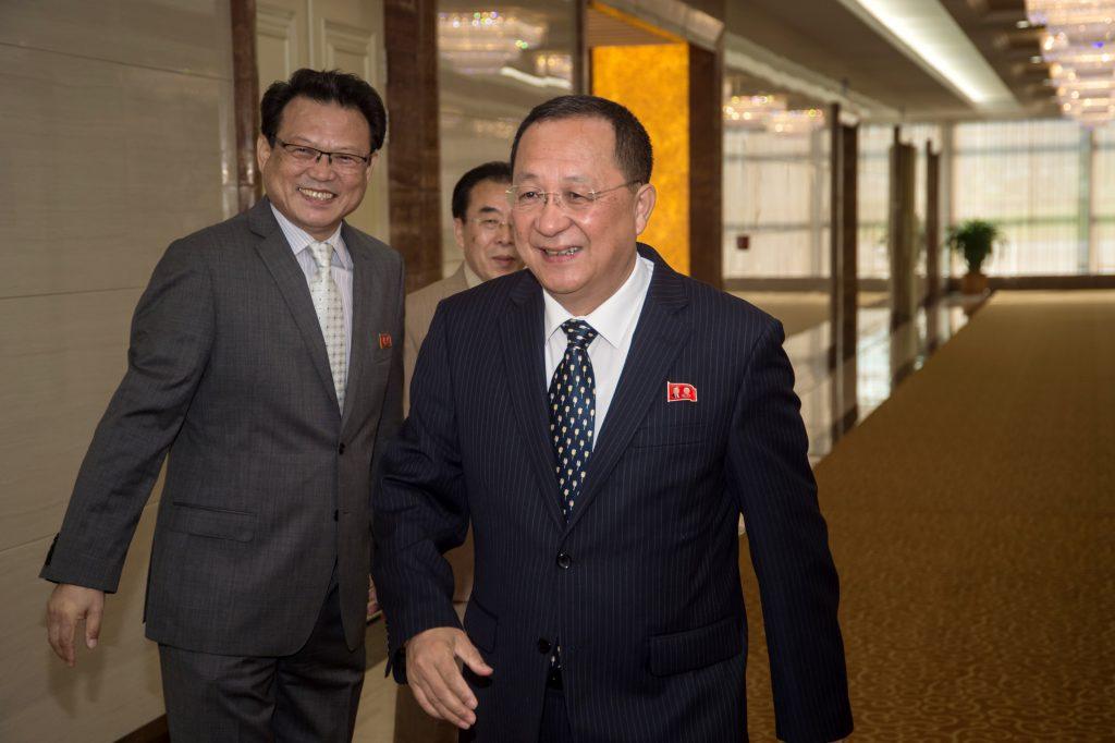 Le ministre nord-coréen des affaires étrangères Ri Yong-ho à l'aéroport de Pyongyang le 5 août 2017, avant son départ à Manille pour le sommet de l'ASEAN, où il a rencontré son homologue sud-coréenne, pour la première fois depuis l'élection de Moon Jae-in. (Crédits : AFP PHOTO / KIM Won-Jin)