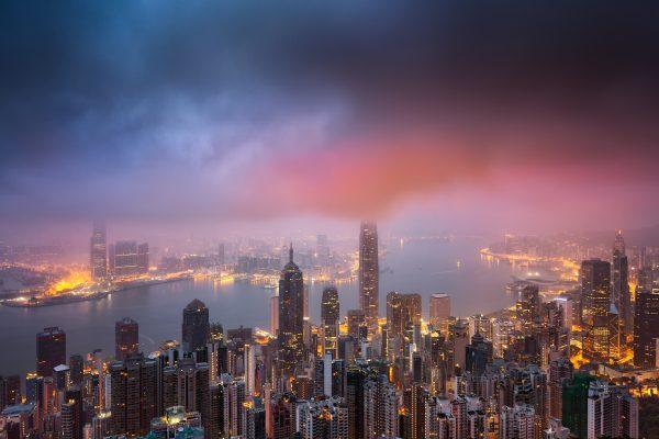 Vue nocturne de la ville de Hong Kong depuis le pic Victoria, le 17 avril 2017. (Crédits : Yu shenli / Imaginechina / via AFP)