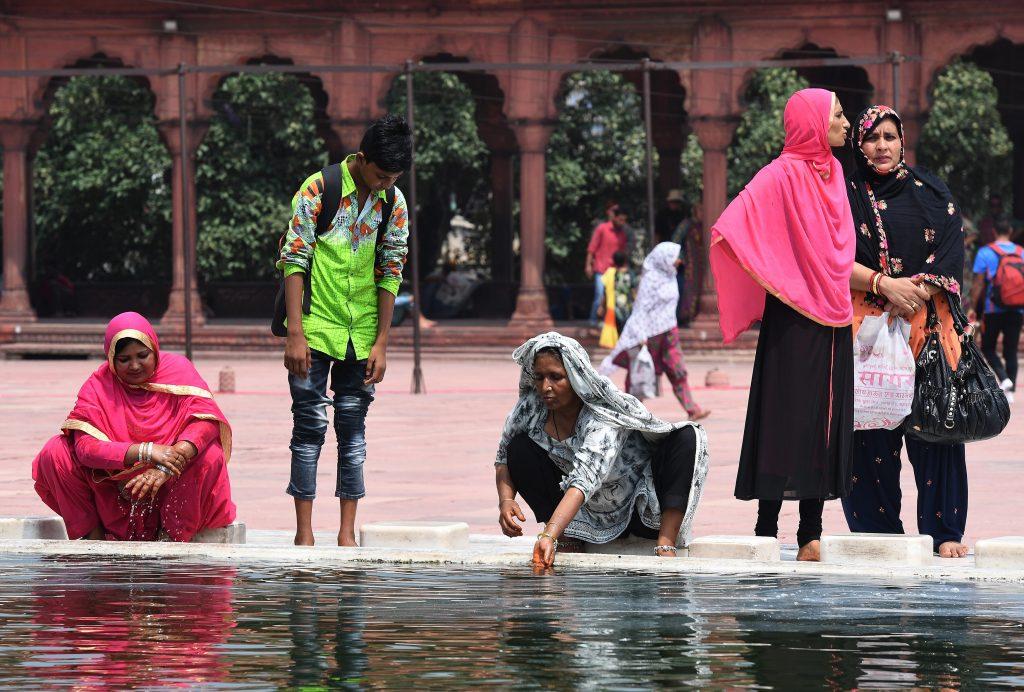 Femmes musulmanes indiennes en pleines ablutions à la Mosquée Jama Masjid à New Delhi le 22 août 2017. (Crédits : AFP PHOTO / Prakash SINGH)