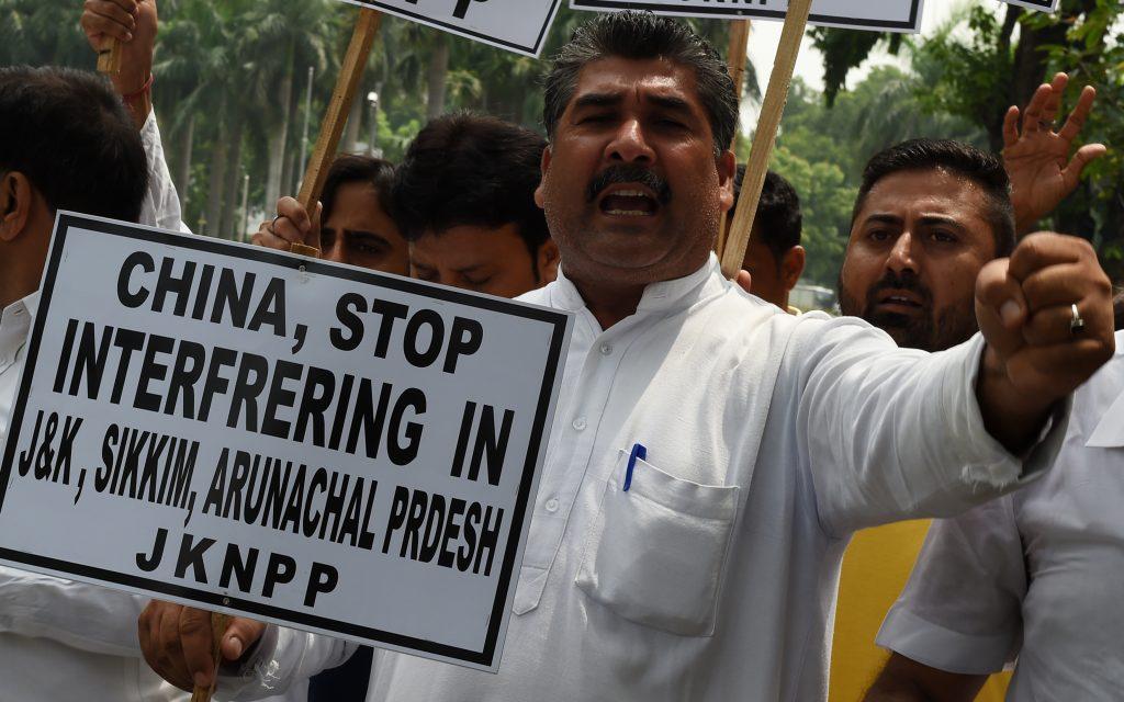 Des militants indiens du Jammu and Kashmir National Panthers Party manifestent devant l'ambassade de Chine à New Delhi le 7 juillet 7, 2017. (Crédits : AFP PHOTO / Money SHARMA)