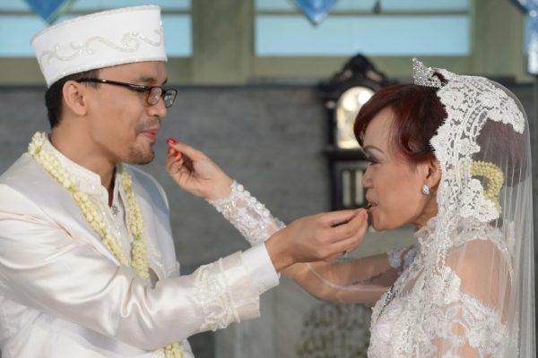 Un couple indonésien lors de leur cérémonie de mariage dans une mosquée de Jakarta, en Indonésie, le 12 décembre 2012. (Crédits : AFP PHOTO / ADEK BERRY)