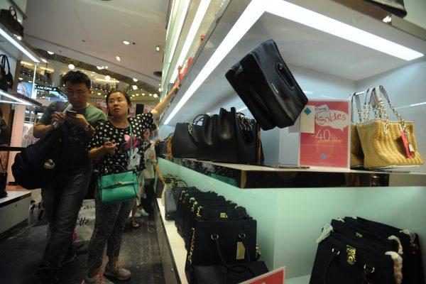 Des clients chinois font leur shopping aux galeries Lafayette durant les soldes estivales à Paris, le 1er juillet 2016. (Crédits : Cui jingyin / Imaginechina / via AFP)