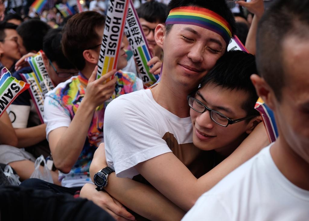 Des militants LGBT en liesse deviant le parlement à Taipei le 24 mai 24 2017, après la décision de la Cour constitutionnel autorisant la légalisation du mariage gay. (Crédits : AFP PHOTO / SAM YEH)