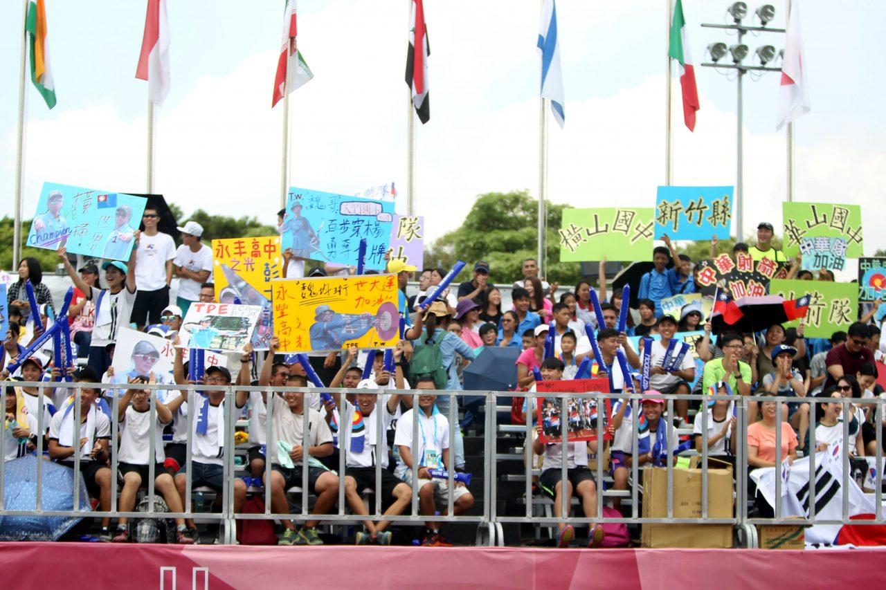 """Dans les tribunes du tir à l'arc, les pancartes """"faites main"""" mélangent allègrement les symboles et les noms. (Crédit : Comité d'organisation de l'Universiade d'été 2017 de Taipei)"""