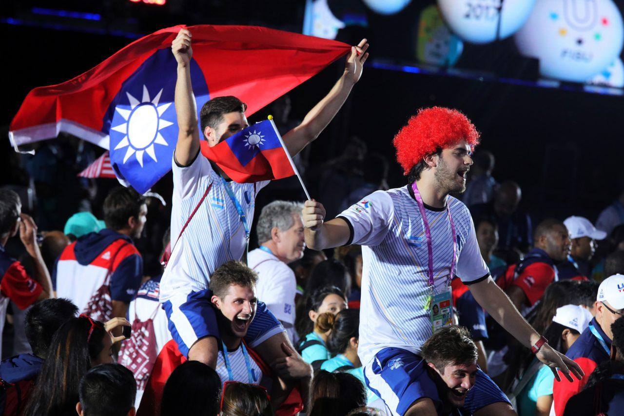 Paradoxalement, lors de la cérémonie de clôture de l'Universiade de Taipei, ce sont des athlètes étrangers qui, souhaitant remercier Taïwan, ont emporté dans le stade des drapeaux de la République de Chine. (Crédit : Présidence de la République de Chine - Taïwan)