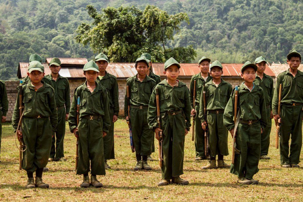 Des enfants soldats en Birmanie.