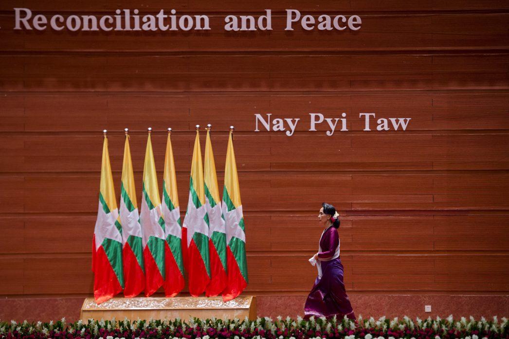 Aung San Suu Kyi lors de son arrivée à la tribune pour son allocution le 19 septembre 2017.