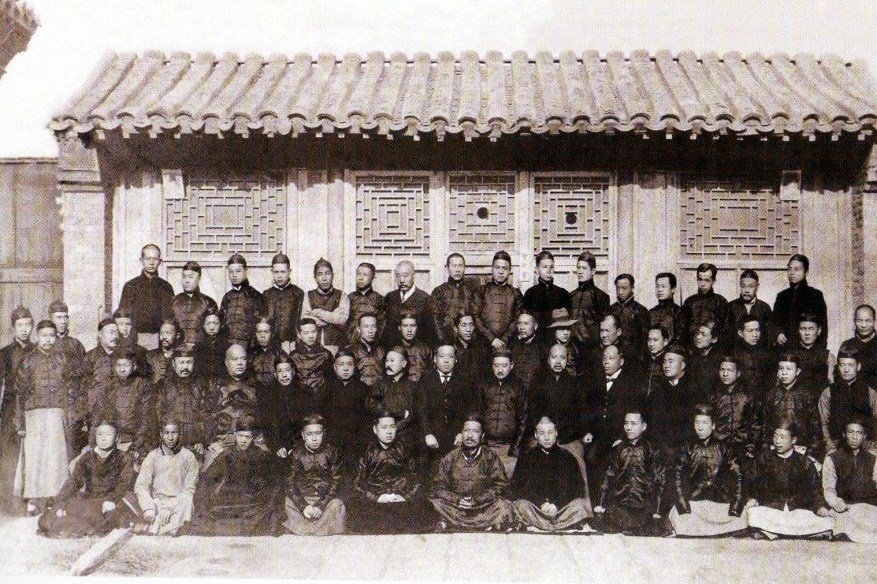 Photo de groupe de membres du Comité citoyen et du Comité de grève patriotique à Tianjin en 1916. (Source : Liu Wenjun (ed.), Zhonghua bai nian kan Tianjin 《中华百年看天津》 (A Survey of Tianjin over the Past Hundred Years in China), Tianjin, Tianjin guji chubanshe, 2008, p. 47. )