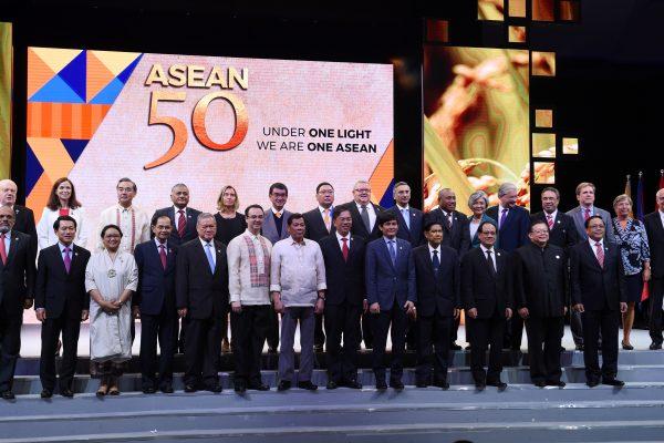 Le président philippin Rodrigo Duterte (au premier rang et au centre en chemise blanche) pose avec les ministres des Affaires étrangères des pays de l'ASEAN et d'autres nations invitées lors de la cérémonie de clôture du 50ème anniversaire de l'Association des Nations du Sud-Est asiatique (ASEAN) à l'occasion du Forum régional de sécurité à Manille le 8 août 2017. (Crédits : AFP PHOTO / TED ALJIBE)