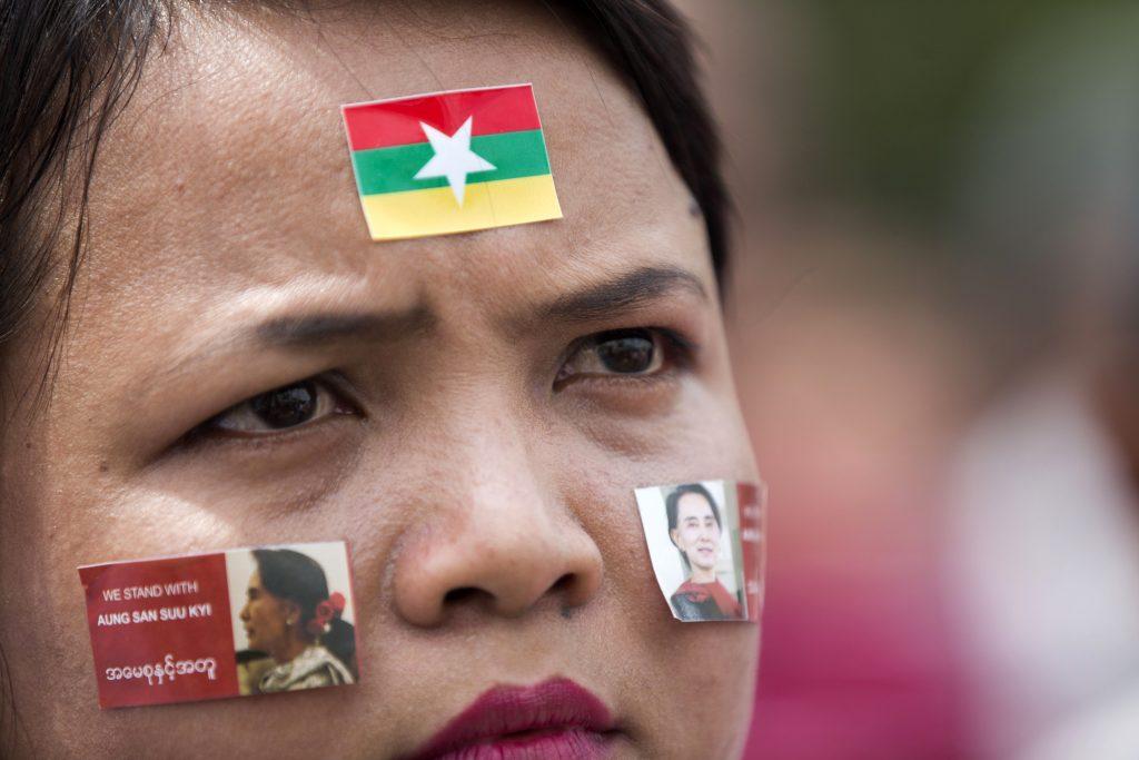 """Une femme birmane, supporter d'Aung San Suu Kyi, attend le discours de la """"Dame de Rangon"""", Premier ministre """"de facto"""" de la Birmanie, devant l'Hôtel de Ville à Rangoun, le 19 septembre 2017. (Crédits : AFP PHOTO / AUNG Kyaw Htet)"""