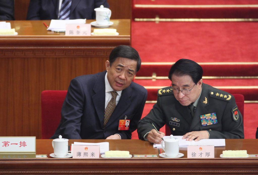 Sur cette photo du 14 mars 2012, Bo Xilai, alors chef du parti communiste de Chongqing, discute avec Xu Caihou, vice-président de la Commission militaire centrale du Parti, lors de la session clôture de l'Assemblée nationale populaire à Pékin. (Crédits : EyePress News / EyePress / via AFP)