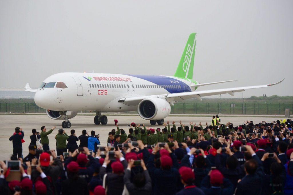 Le premier avion commercial gros porteur conçu par la Chine, le C919 de la COMAC (Commercial Aircraft Corporation of China) à l'atterrissage lors de son premier vol, à l'aéroport de Pudong à Shanghai, le 5 mai 2017. (Crédits : Xiao jianing / Imaginechina : via AFP)