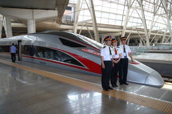"""Le """"Fuxing"""" (""""renaissance""""), la ligne de TGV Pékin-Shanghai avant un départ de la gare du Sud dans la capitale chinoise, le 26 juin 2017. (Crédits : Song fan / Imaginechina / via AFP)"""