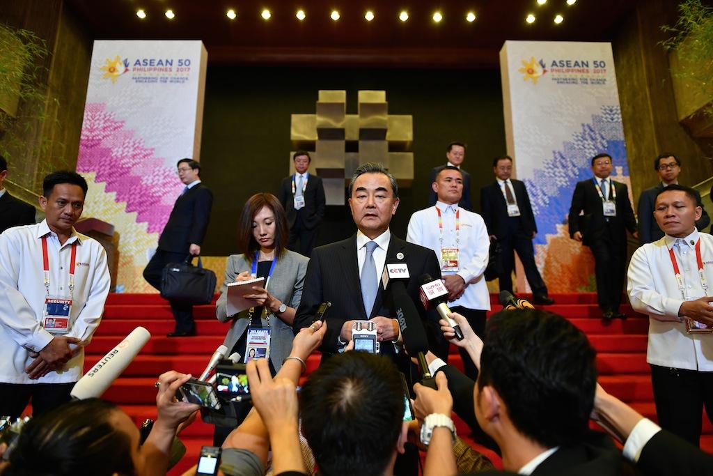 Le ministre chinois des Affaires étrangères Wang Yi lors d'une conférence de presse en marge du Forum de sécurité régionale pour les 50 ans de l'ASEAN à Manille, le 7 août 2017. (Crédits : AFP PHOTO / MOHD RASFAN)