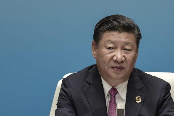 Loin de l'image du bulldozer de la vie politique chinoise, Xi Jinping devra composer avec les alliés de l'ex-président Hu Jintao s'il veut réussir le 19ème Congrès du Parti qui s'ouvre à Pékin le 18 octobre 2017. (Crédits : AFP PHOTO / POOL / FRED DUFOUR)