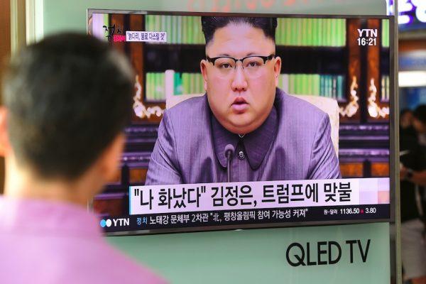 """Un Sud-Coréen devant un écran de la gare de Séoul retransmettant la déclaration du leader nord-coréen Kim Jong-Un, le 22 septembre 2017. Le président américain Donald Trump est """"mentalement dérangé"""" et """"paiera cher"""" pour ses menaces, a alors affirmé Kim Jong-Un. (Crédits : JUNG Yeon-Je / AFP)"""
