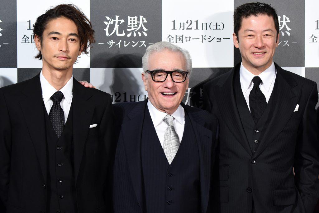"""Le cinéaste américain Martin Scorsese entre Yosuke Kubozuka (à gauche) et Tadanobu Asano (à droite), les deux acteurs japonais de son dernier film """"Silence"""", avant la première à Tokyo le 17 janvier 2017. (Crédits : AFP PHOTO / Toru YAMANAKA)"""