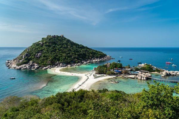Koh Tao et les trois îles de Koh Nang Yuan connectées par un ban de sable, en Thaïlande. (Crédits : Logan Brown / Robert Harding / via AFP)