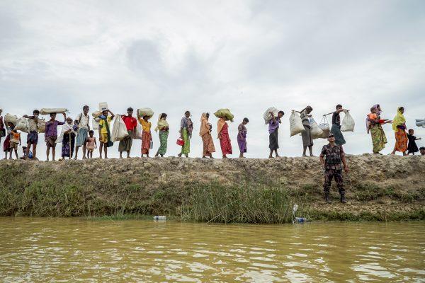 Le 19 octobre 2017, des réfugiés rohingyas en route vers la frontière du Bangladesh voisin.