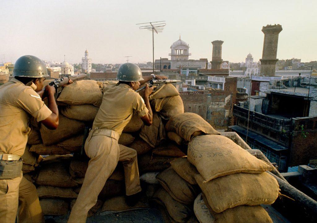 L'armée sur les toits d'Amritsar lors de l'opération Blue Star pour anéantir l'insurrection sikhe au Temple d'or, en juin 1984. (Crédits : LHouse.co)